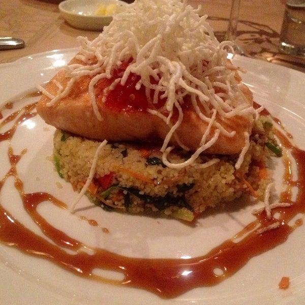De lujo el salmón con miel y jengibre sobre tabulé de verduras orientales. Recomendable!