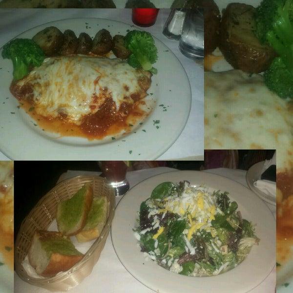 Das Foto wurde bei Lasagna Restaurant von Les G. am 12/18/2014 aufgenommen