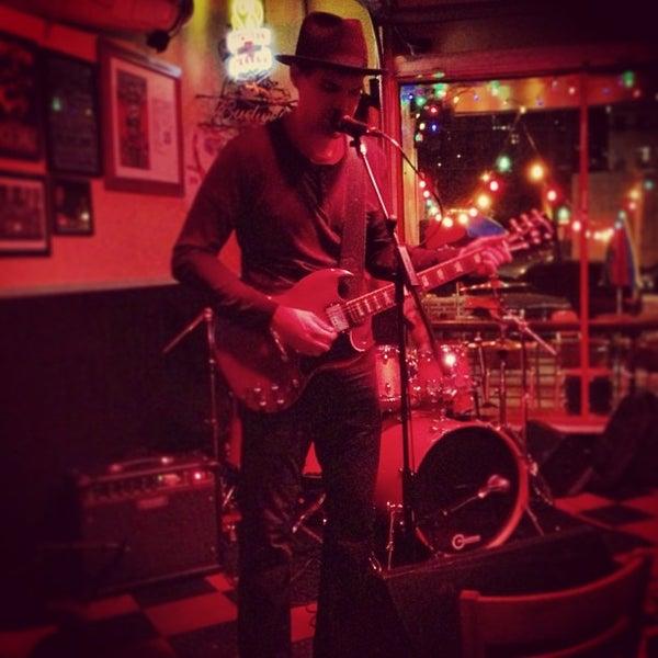 Foto diambil di Lucy's Retired Surfers Bar and Restaurant oleh Omarr C. pada 2/9/2013