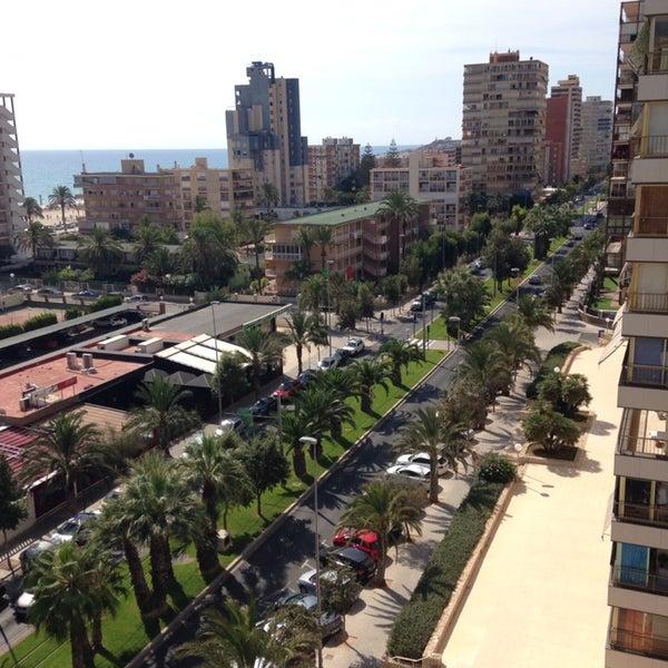 El hotel es cómodo, moderno, limpio y tiene buena situación pues está cerca de la playa, del TRAM y de una zona de bares y restaurantes con precios más económicos que los del restaurante del hotel.