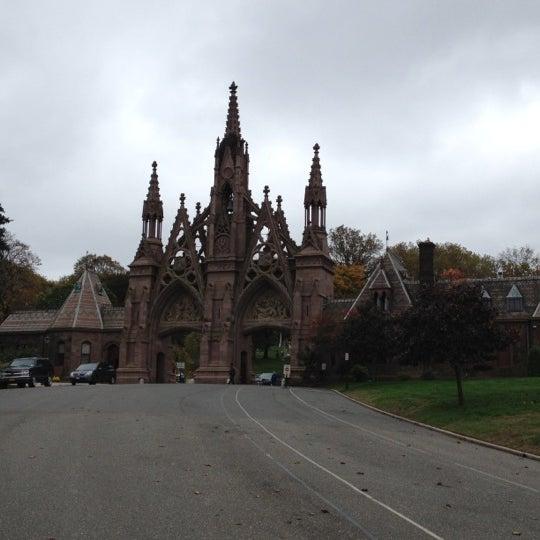 Foto tomada en Green-Wood Cemetery por Dorothy el 10/28/2012