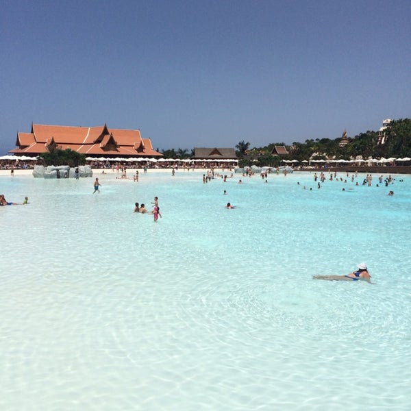 Супер парк! Самый большой пляж с насыпным песком, самая большая искусственная волна! Самая крутая Камикадзе и акулами! Стоит потерпеть неудобства связанные с очередями.