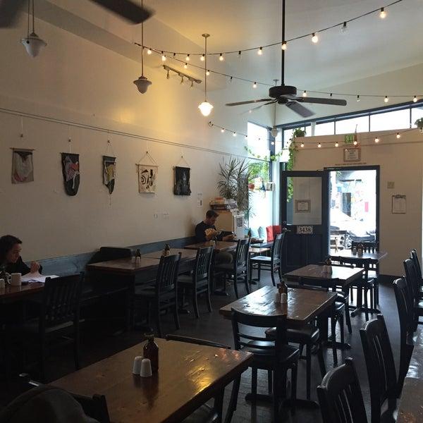 Das Foto wurde bei Cafe St. Jorge von Kimberly C. am 10/7/2015 aufgenommen