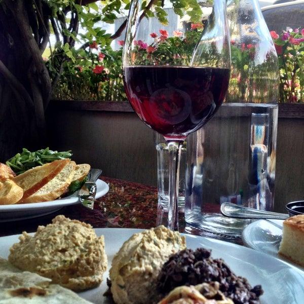 Foto scattata a Los Olivos Wine Merchant Cafe da Scott H. il 9/10/2013