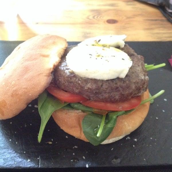 Muy acogedor, con trato sencillo y hamburguesas brutales! Aí va la foto de la B-Light, muy rica!