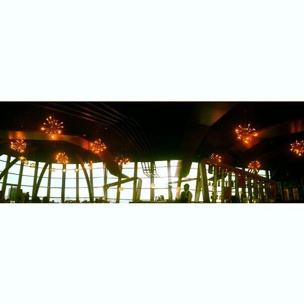 Foto diambil di ON20 Bar & Dining Sky Lounge oleh asyra f. pada 11/28/2014