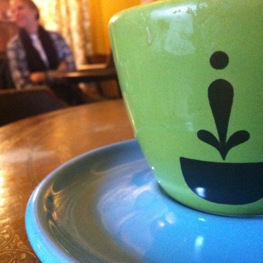 Foto tomada en Ipsento Coffee House por Raquita H. el 12/1/2012
