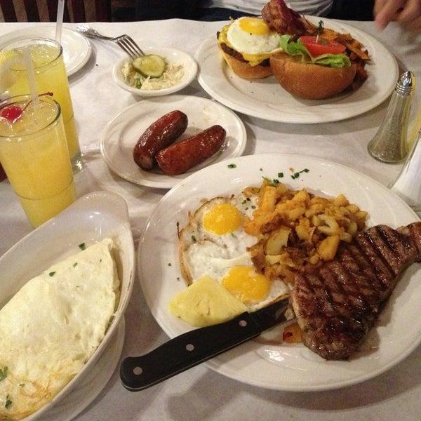 Foto scattata a Bourbon Street Restaurant and Catering da Jennifer il 10/13/2013