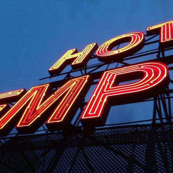 Снимок сделан в The Empire Hotel Rooftop пользователем Alain D. 7/21/2013