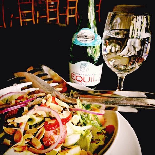 Снимок сделан в Decanter Wine House пользователем Asriana P. 1/30/2014