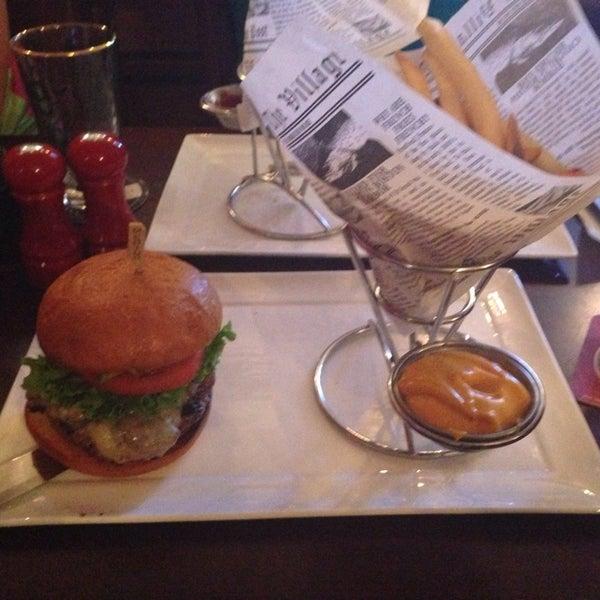 Снимок сделан в A&G Burger Joint пользователем Daniel S. 9/7/2013