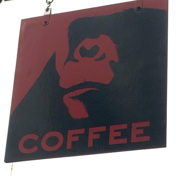 Foto scattata a Gorilla Coffee da Frank R. il 11/6/2015