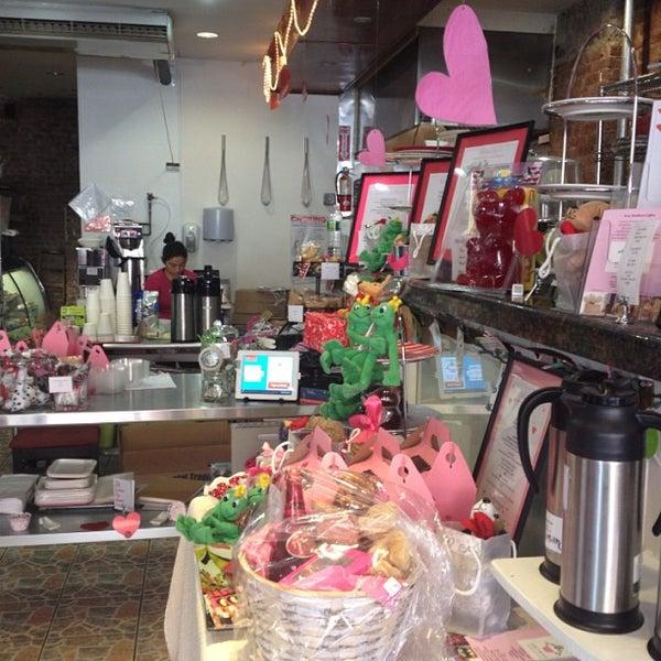 Photo prise au Aromas Boutique Bakery par Carlos Sebastian G. le2/14/2013