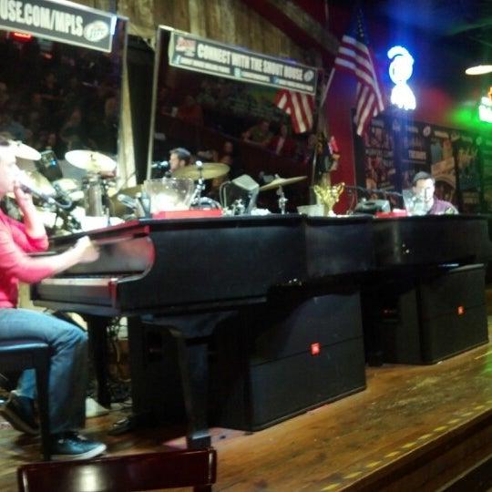 Das Foto wurde bei Shout House Dueling Pianos von Alisha S. am 10/13/2012 aufgenommen