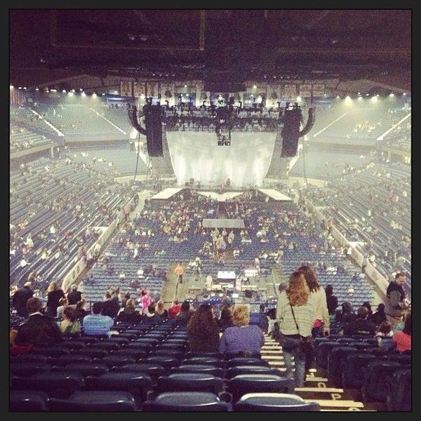 รูปภาพถ่ายที่ Allstate Arena โดย Shari S. เมื่อ 4/7/2013