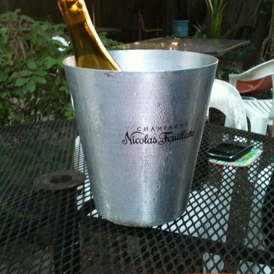 Photo prise au Bacchanal Wine par Elizabeth F. le10/5/2012