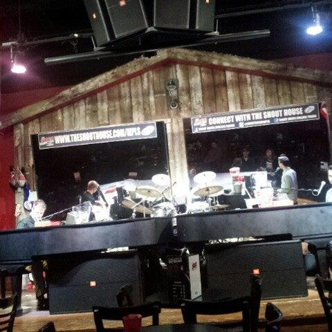 Das Foto wurde bei Shout House Dueling Pianos von Катя К. am 10/3/2013 aufgenommen