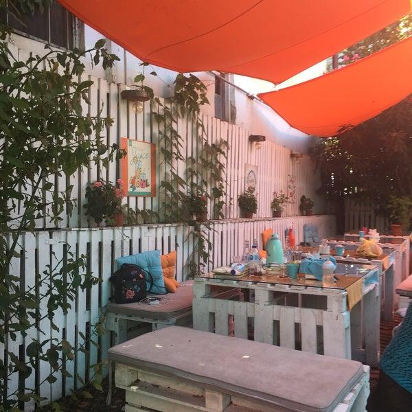 Foto tomada en Büyükada Bistro Candy Garden por Yasemin B. el 8/10/2018