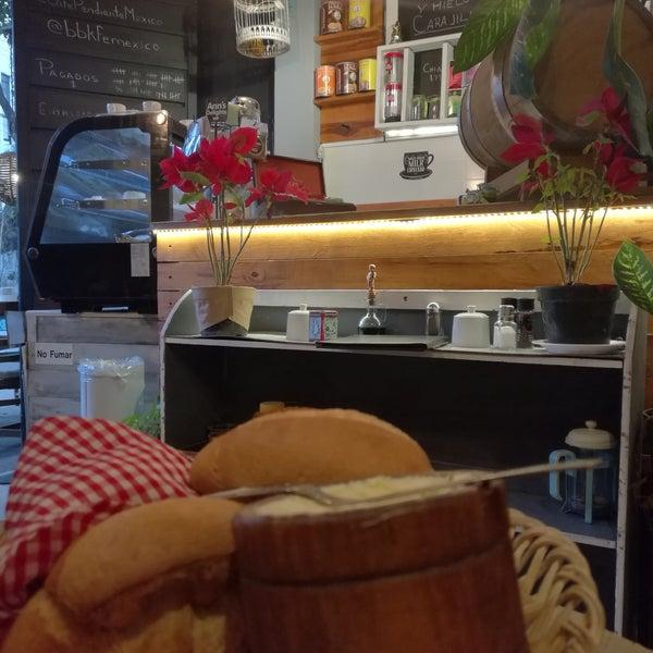 Platillo de la carta es una comida completa. Incluye agua y una deliciosa ensalada, postre y café. Todo por aprox 80 pesos. Te recomiendo los rollos del chef y las milanesas.