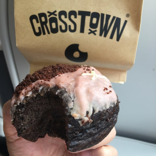 Foto diambil di Crosstown Doughnuts & Coffee oleh Marcelo W. pada 7/30/2018