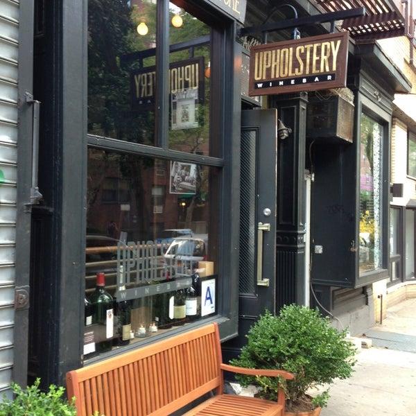 Foto tomada en The Upholstery Store por Lindy L. el 7/14/2013