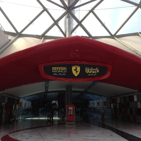 Foto tomada en Ferrari World Abu Dhabi por Steven H. el 1/19/2013
