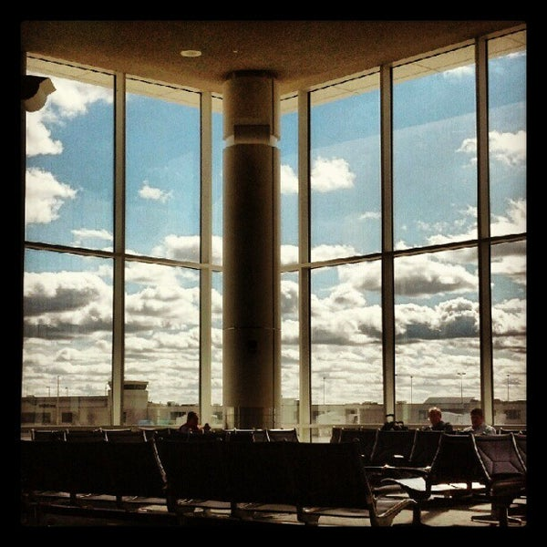 Foto tirada no(a) General Mitchell International Airport (MKE) por Vanessa T. em 10/10/2012