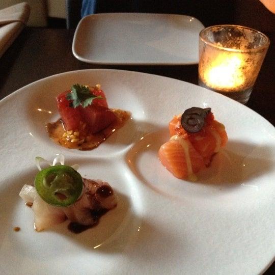 Photo prise au HaChi Restaurant & Lounge par Hui H. le6/9/2012