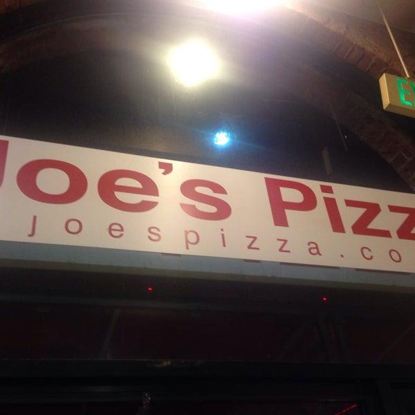 Foto scattata a Joe's Pizza da Ozgur Ozi A. il 4/23/2016
