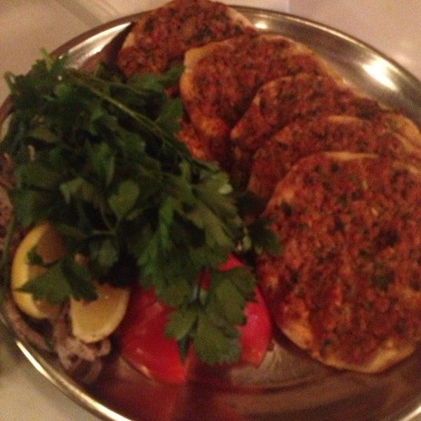 Das Foto wurde bei Taci's Beyti Restaurant von Sasha D. am 9/18/2013 aufgenommen