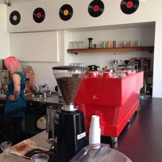 Das Foto wurde bei Elite Audio Coffee Bar von Ben C. am 10/18/2012 aufgenommen