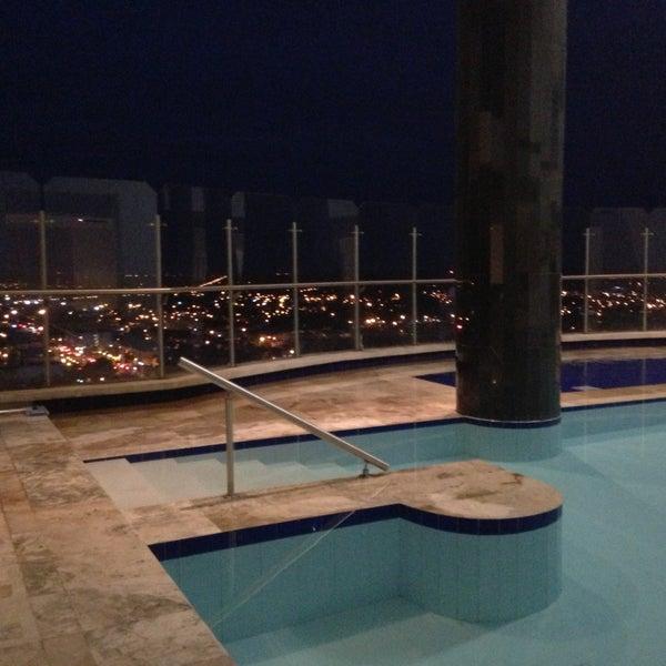 EN las noches, la mejor vista de la ciudad, desde nuestra piscina panorámica del piso 12.