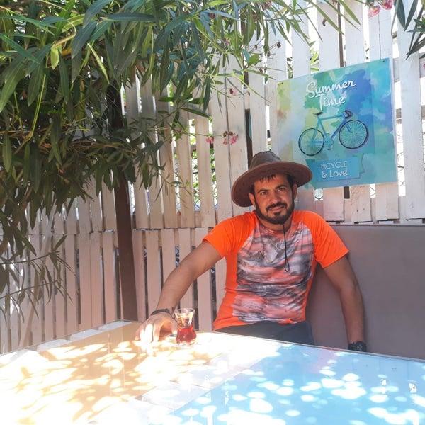 Foto tomada en Büyükada Bistro Candy Garden por Kadir Y. el 7/15/2018