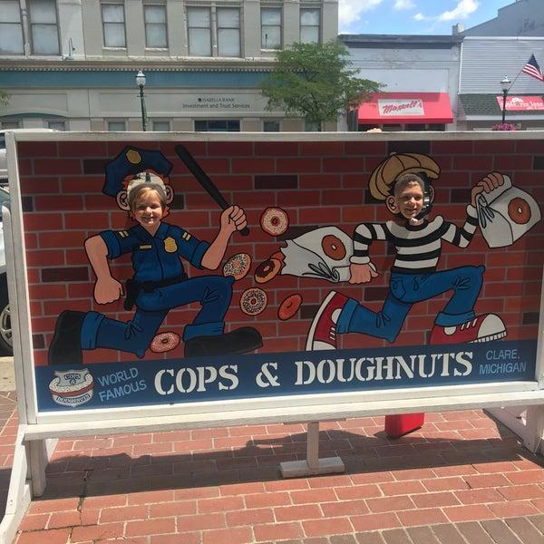 รูปภาพถ่ายที่ Cops & Doughnuts Bakery โดย Jason T. เมื่อ 6/28/2018