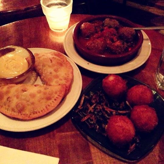 รูปภาพถ่ายที่ Las Ramblas Bar de Tapas โดย Mona W. เมื่อ 10/2/2012