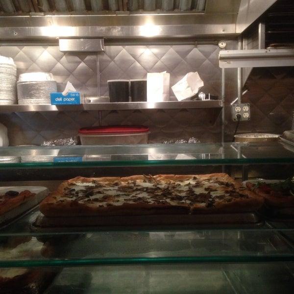 Foto tirada no(a) Nonna's L.E.S. Pizzeria por Ritchie Y. em 4/19/2014