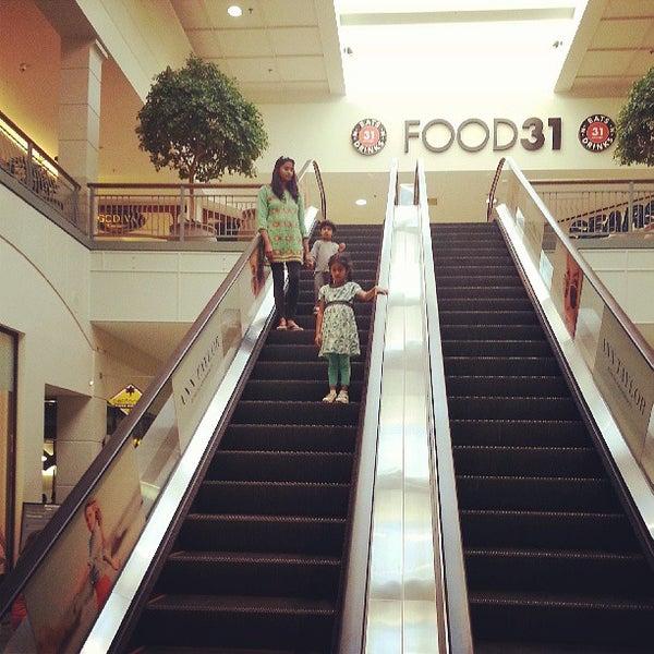 Foto tomada en Hillsdale Shopping Center por Saurav M. el 8/2/2013