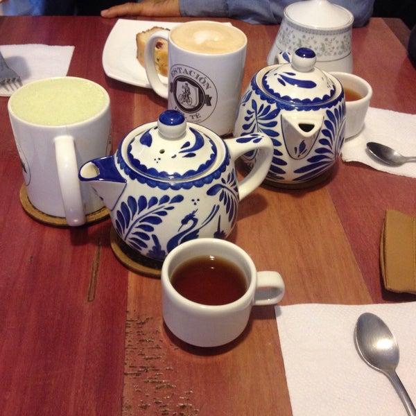 Los tés q sirven ahora vienen con tu tetera y su tacita para servirte las veces q quieras pide un panqué o la sugerencia del día todo Deli comida y lugar lovely