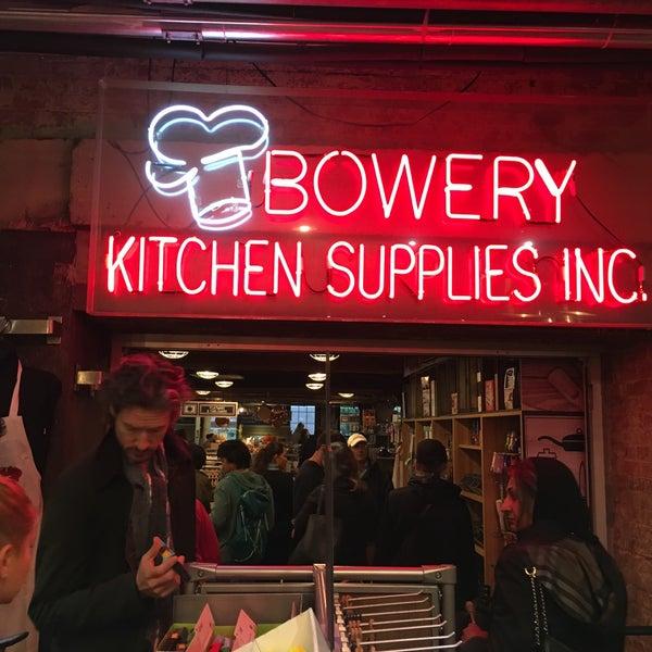 Das Foto wurde bei Bowery Kitchen Supplies von Kevin H. am 10/9/2016 aufgenommen