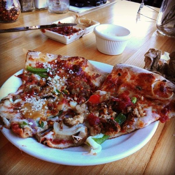 รูปภาพถ่ายที่ The Haven Pizzeria โดย Eric Q. เมื่อ 12/24/2013