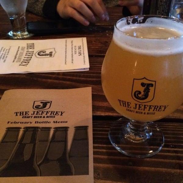 Foto tomada en The Jeffrey Craft Beer & Bites por Jennifer H. el 3/29/2014