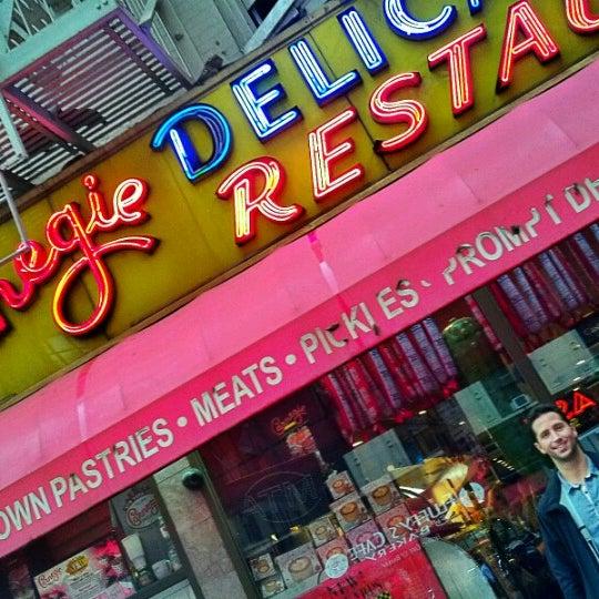 Foto tomada en Carnegie Deli por Lynn M. el 9/28/2012