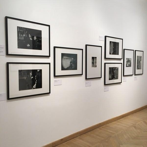 รูปภาพถ่ายที่ Mai Manó Gallery and Bookshop โดย Andi . เมื่อ 10/25/2018