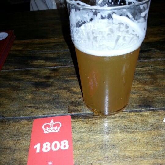 Снимок сделан в The Queen's Head пользователем Cesar R. 12/19/2012
