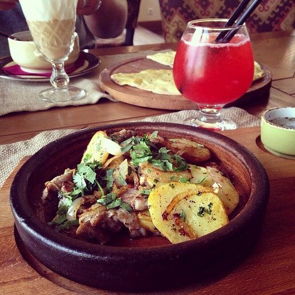 Оджахури по-мегрельски — невероятно вкусное и сытное блюдо. Это свинина или телятина, обжаренная с луком, золотистым картофелем и соусом кинзмари.