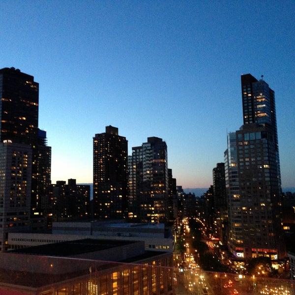 Снимок сделан в The Empire Hotel Rooftop пользователем Sharone C. 5/14/2013