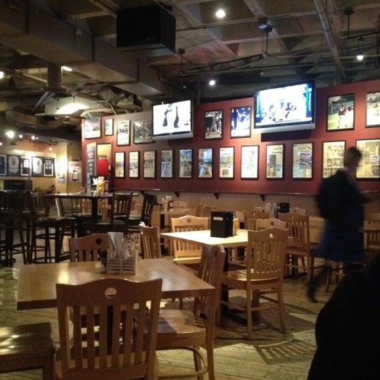 Foto tirada no(a) Huberts Sports Bar & Grill por Jack Daniel J. em 10/2/2012