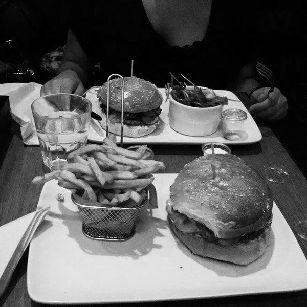 Foto tirada no(a) Mamie Burger Grands Boulevards por Diable R. em 8/26/2014