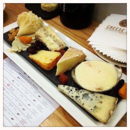 Foto scattata a Poncelet Cheese Bar da Maria P. il 11/29/2012