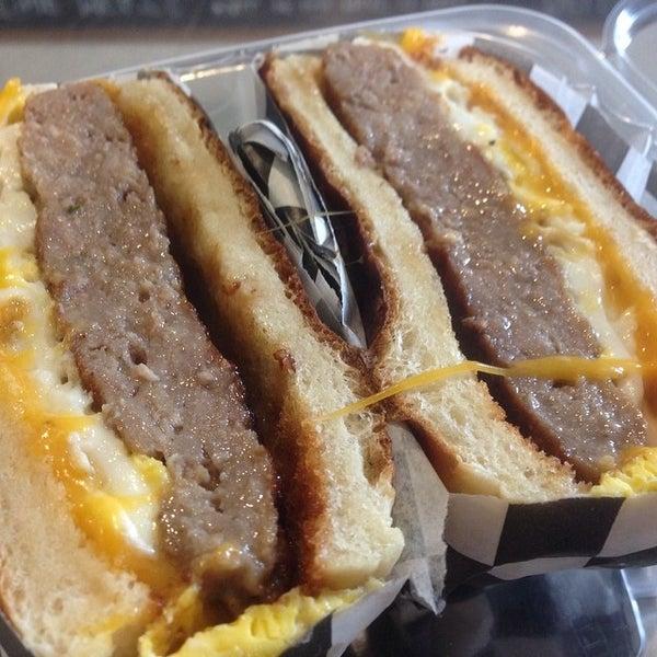 Foto tirada no(a) Proper Sausages por Burger B. em 2/9/2014